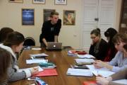 Le stagiaire de la chaire française Pierre Guillement avec les étudiants en première dans la salle du Centre de ressources en français