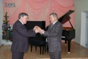 Н.К. Сергеев вручает ключ от рояля Н.Н. Таранову