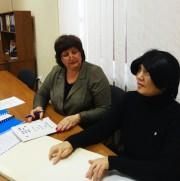 Г.Гладкая и Е.Хвастунова работают над ВКР в системе Брайля