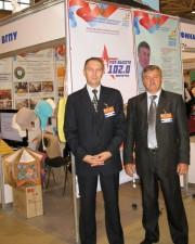 Ю.А. Жадаев и Н.Н. Таранов у стенда ВГПУ