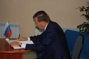 В.А. Зубков оставляет запись в памятной книге