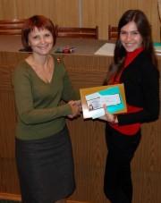 Начальник управления научно-исследовательских работ С.Б. Спиридонова вручает билет студента-исследователя