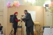 В.В.Зайцев вручает благодарственное письмо учителю французского языка