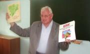 проф.В.А.Брылёв показывает атласы предыдущих лет