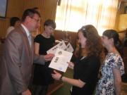 Проректор по науке профессор  А.М. Коротков награждает победителей