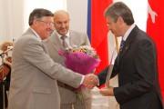 Глава Администрации Волгоградской области А.Г. Бровко (справа) вручает диплом ректору ВГСПУ Н.К. Сергееву