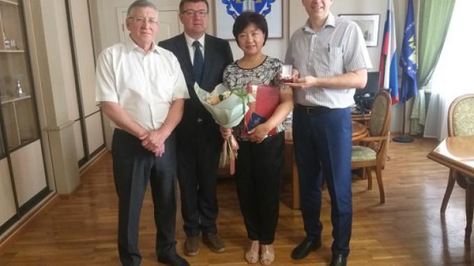 Ректор ВГСПУ поздравил с юбилеем доцента кафедры межкультурной коммуникации и перевода Нин Хуайин